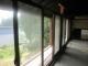 取り付けた窓枠と二重ガラス窓