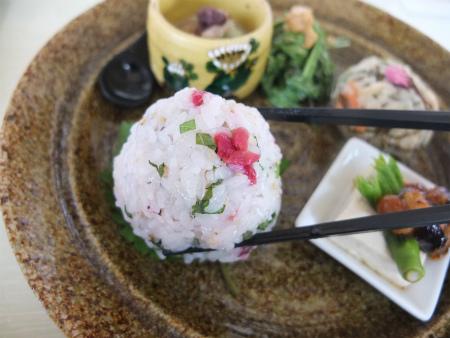 雑穀米おにぎり(梅・大葉)