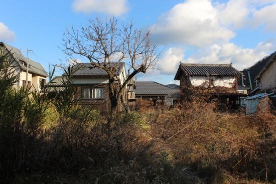 ⑤空地と旧家 (550x367)