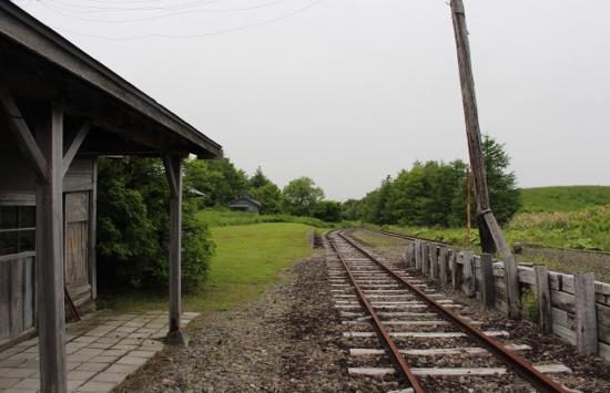 ②駅舎より線路を見る