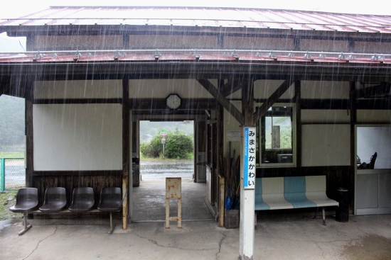 ⑩雨の駅舎
