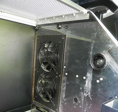 06送風ファンは26°を超えると自動で作動します。右の丸いのはスマフォ用の広角レンズ。
