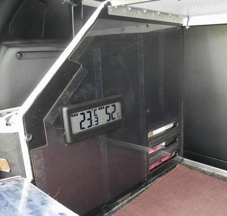 07温湿度計。タロウハウスは昼間でも真っ暗なので、スマフォのLEDに連動して光るバックライトをつけています。
