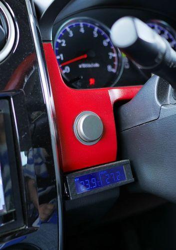 09いつでもハウスの温度がわかるように運転席にも温度計。かーちゃんが心配性なので、スマホ経由の温度警告用や自動送風ファン用など、タロウハウスには計6個も温度センサーをつけています。