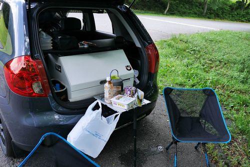 20昼食はカップラーメンで済ますことが多いです。車側の固定金具にテーブルをはめ、カメラ用の一脚で支えています。