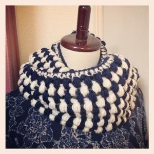 写真 玉編みのスヌード 正方形