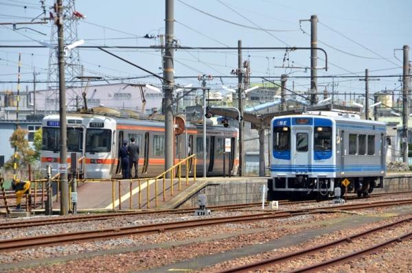 南四日市で交換する2302Mと伊勢鉄道117C