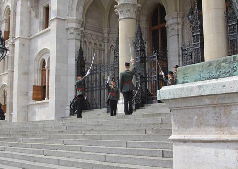 ブダペスト国会議事堂衛兵交代式-3