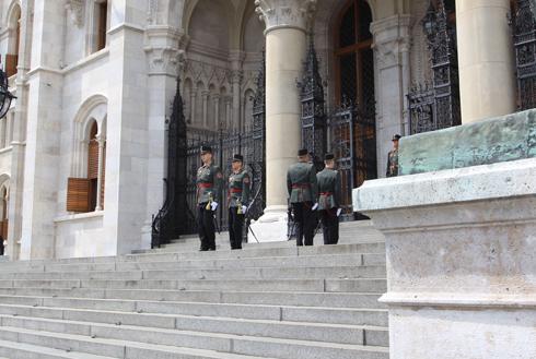 ブダペスト国会議事堂衛兵交代式-4