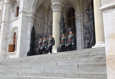 ブダペスト国会議事堂衛兵交代式-6