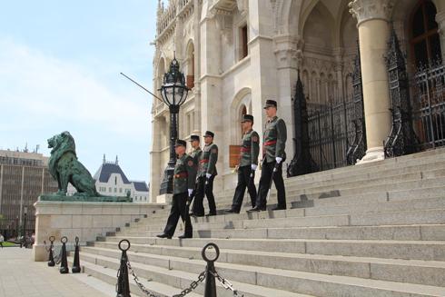 ブダペスト国会議事堂衛兵交代式-7