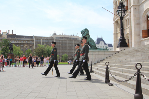 ブダペスト国会議事堂衛兵交代式-8
