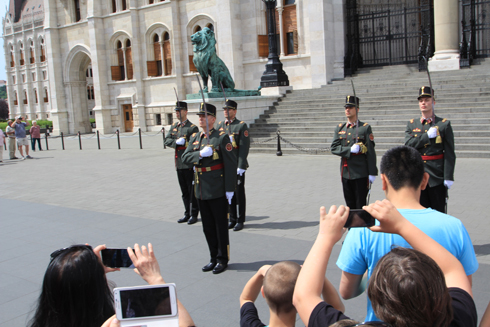 ブダペスト国会議事堂衛兵交代式-10