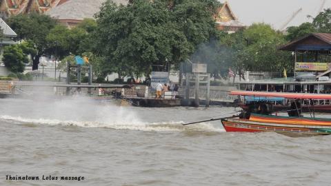 Wat Arun (暁の寺院)周辺、チャオプラヤー川