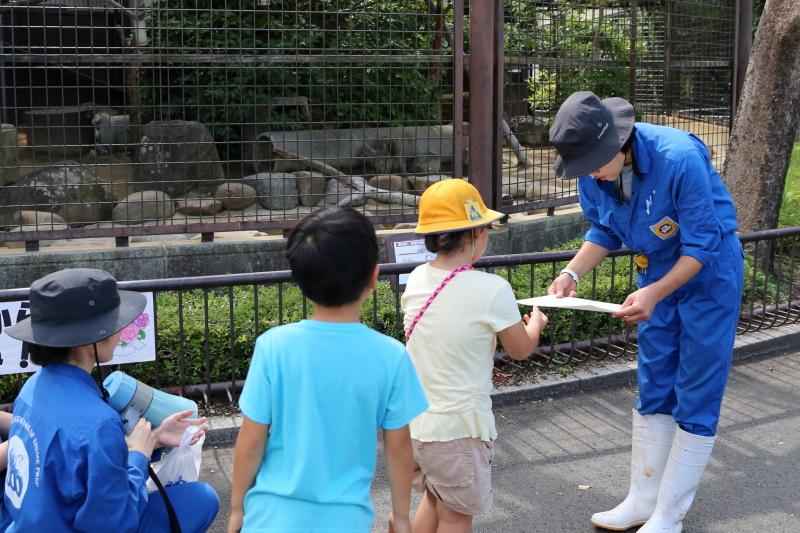 来園者代表から長寿動物(飼育員さん)へ賞状です。 (とべ動物園・敬老イベント)