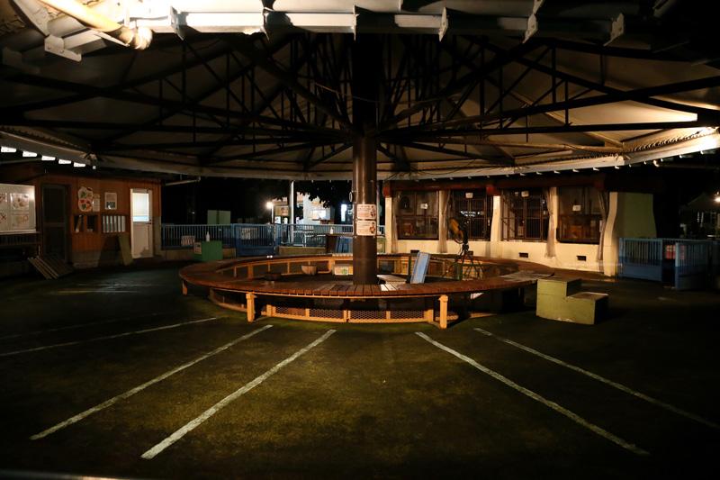 夜の動物園のふれあい広場です。 (ISO感度12800で撮影)