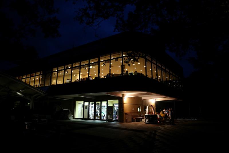 夜の展望レストラン東雲と遊具・1階休憩所(東北側)