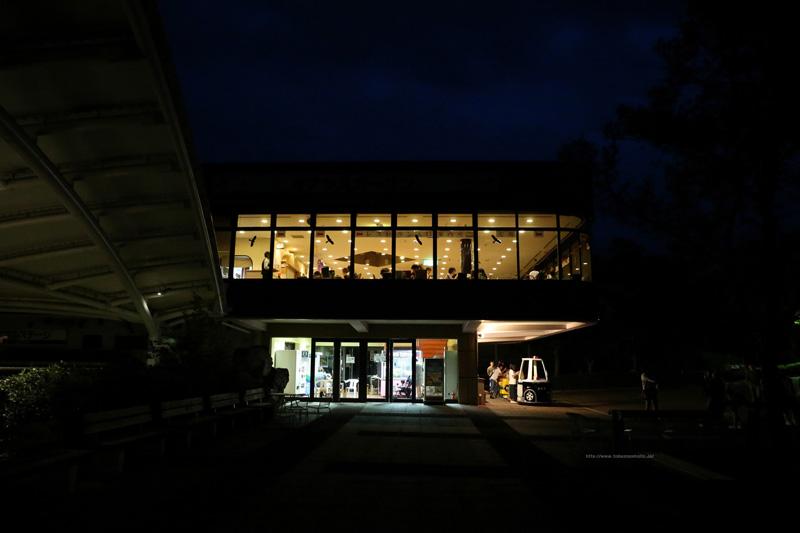 夜の展望レストラン東雲と遊具・1階休憩所・自動販売機(北側)