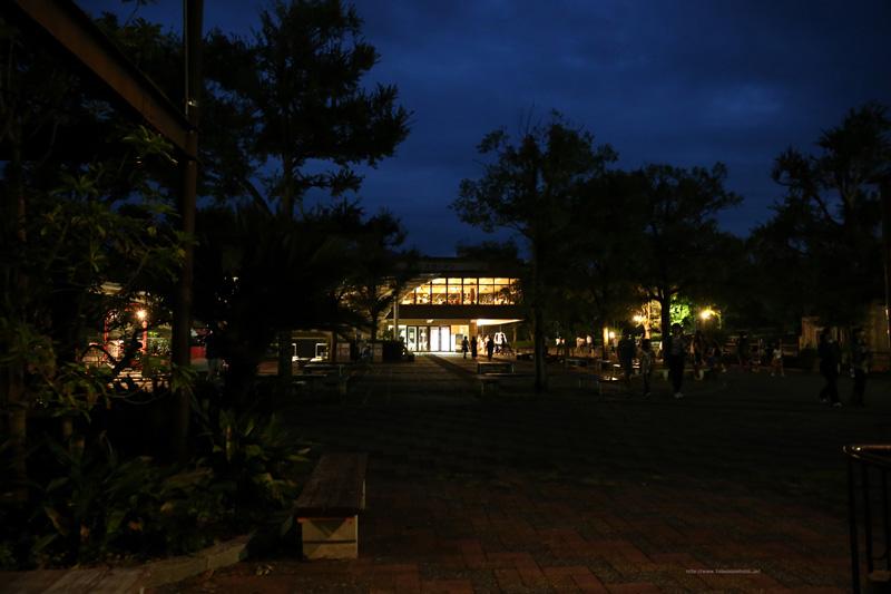 夜の展望レストラン東雲と広場(北側)