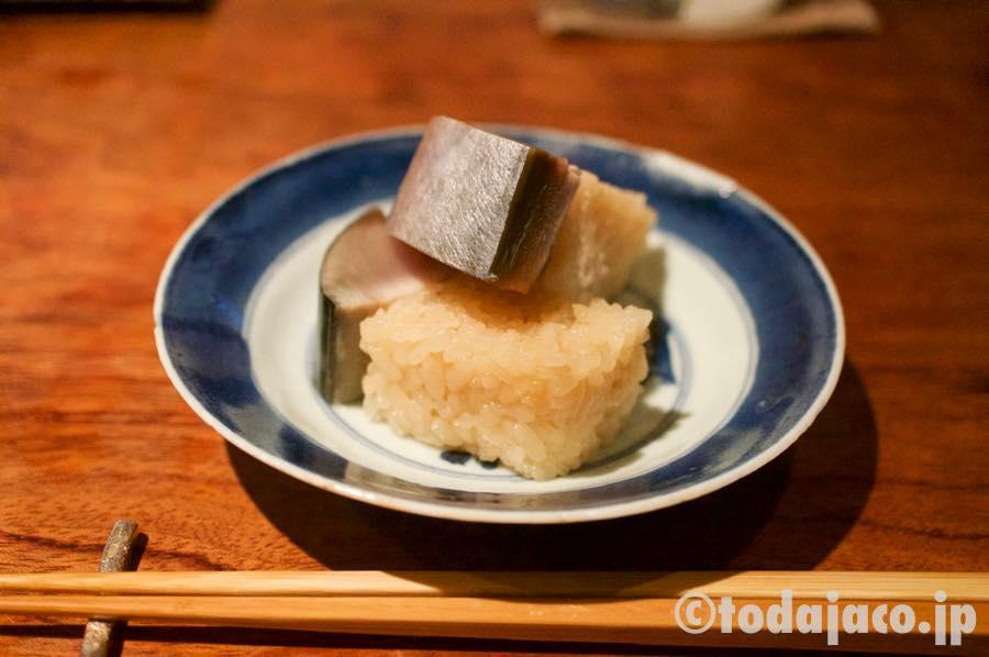 鯖寿司(2貫を二皿にシェアしてあります)