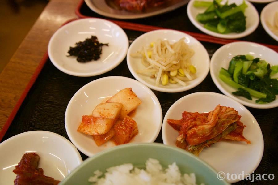 キムチ、カクテキ、ナムルに韓国のり、スープ付き