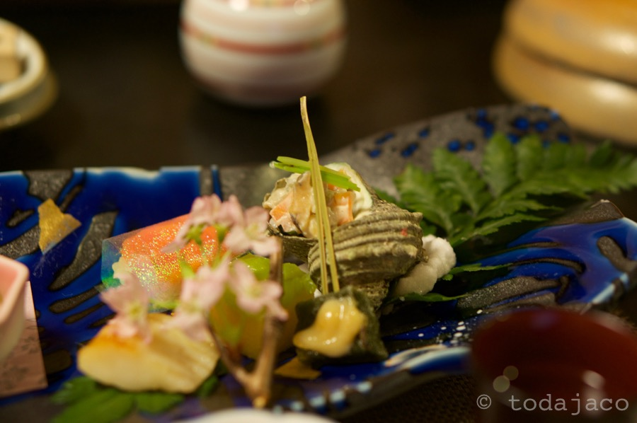 食前酒の梅酒 前菜:栄螺の天城和え、サーモン寿司、蓬麩松葉、鰈西京焼き