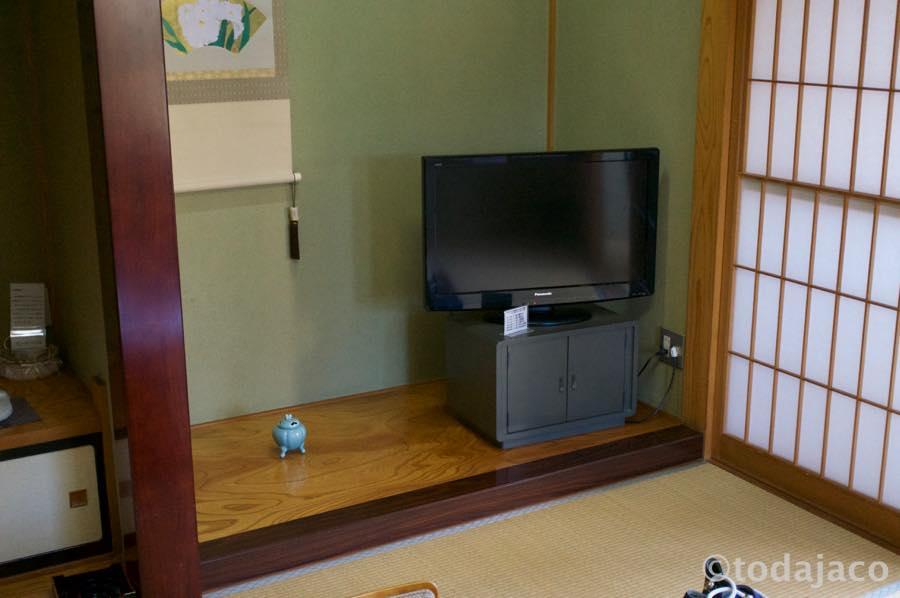 床の間に金庫とテレビ