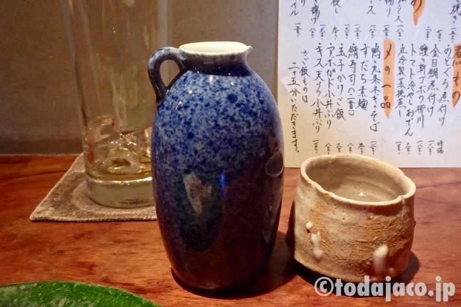 嫁さんはここで京都の地酒「徳次郎」を燗で