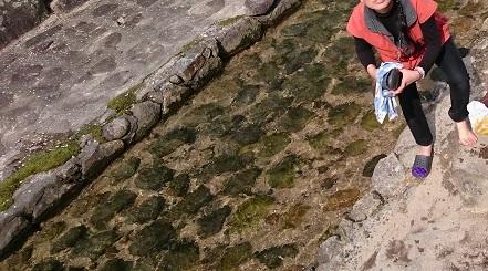 おばあさんは川へ足を洗いに