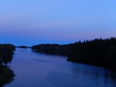 グラデーションの空と川