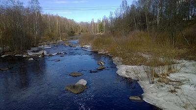雪の残る川