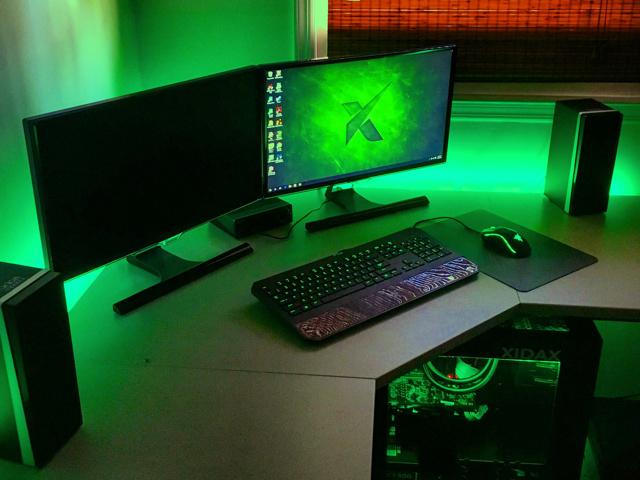 PC_Desk_MultiDisplay68_72.jpg