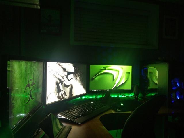 PC_Desk_MultiDisplay70_77.jpg