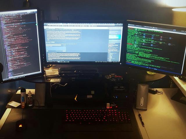 PC_Desk_MultiDisplay70_87.jpg