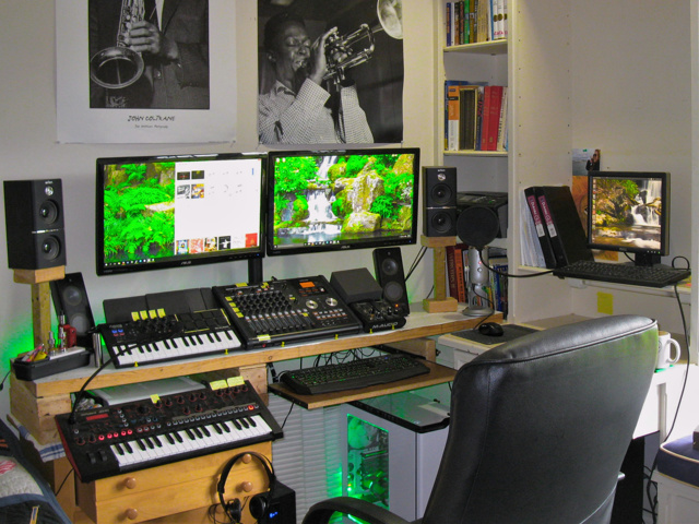 PC_Desk_MultiDisplay70_96.jpg