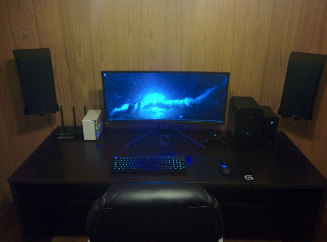PC_Desk_UltlaWideMonitor10_07.jpg