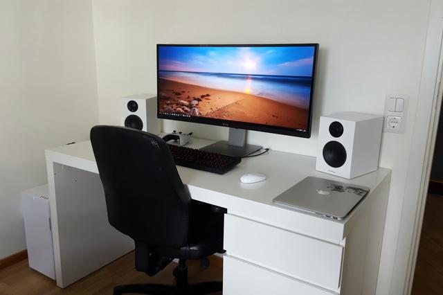 PC_Desk_UltlaWideMonitor11_37.jpg