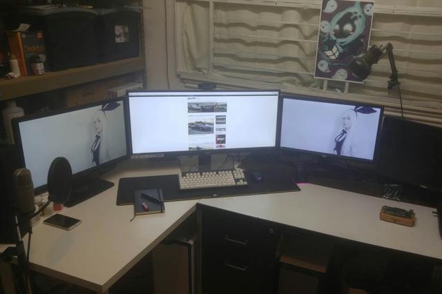 PC_Desk_UltlaWideMonitor12_06.jpg