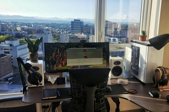 PC_Desk_UltlaWideMonitor12_30.jpg