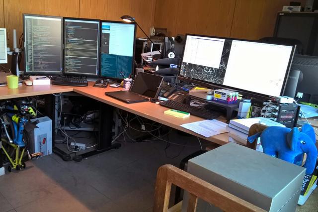 PC_Desk_UltlaWideMonitor12_64.jpg