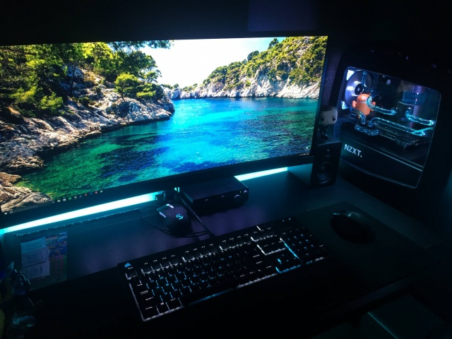 PC_Desk_UltlaWideMonitor12_94.jpg