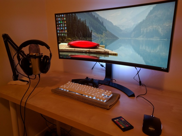 PC_Desk_UltlaWideMonitor12_96.jpg