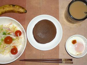 チョコパンケーキ,サラダ(キャベツ、大根、トマト)青紫蘇・オリーブオイル,目玉焼き(S),バナナ(S),コーヒー