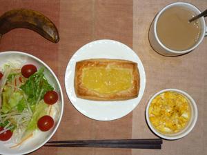 アップルカスタードパン,サラダ(キャベツ、レタス、大根、トマト)青紫蘇・オリーブオイル,ハーブ入りスクランブルエッグ(S),バナナ(S),コーヒー