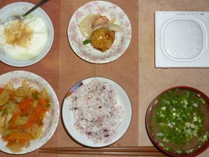 胚芽押夢具入り五穀米,納豆,蒸し野菜炒め,ジャーマンポテト,分葱とワカメのおみそ汁,甜菜糖入りヨーグルト