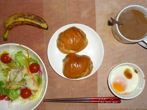 レーズンロール×2,サラダ(キャベツ、レタス、人参、トマト)青紫蘇・オリーブオイル,目玉焼き(S),バナナ(SS),コーヒー