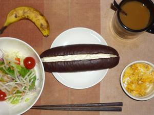 チョコレートパン,サラダ(キャベツ、レタス、大根、トマト)青紫蘇・オリーブオイル,ハーブ入りスクランブルエッグ(S),バナナ(S)、コーヒー