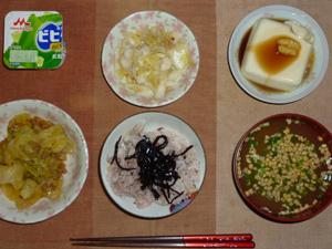 胚芽押麦入り五穀米,昆布の佃煮,白菜の漬物,キャベツと大豆肉のあんかけ,温奴,納豆汁,ヨーグルト