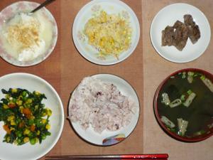 胚芽押麦入り五穀米,一口牛肉ステーキガーリック味,コールスロー,ほうれん草とミックスベジタブルのソテー,ワカメとほうれん草のおみそ汁,甜菜糖入りヨーグルト