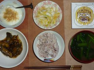 胚芽押麦入り五穀米,納豆,白菜の漬物,なすのみぞれ煮,ほうれん草とワカメのおみそ汁,甜菜糖入りヨーグルト